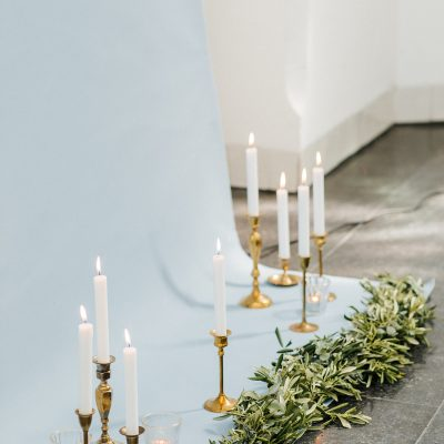 backdrop lichtblauw olijf dustyblue wedding gouden kandelaren huren bruiloft witte kaarsen