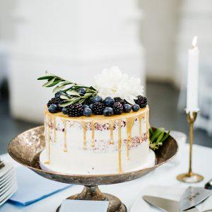 dripcake wedding bramen en blueberries naked cake velvet bruiloft toost en taart