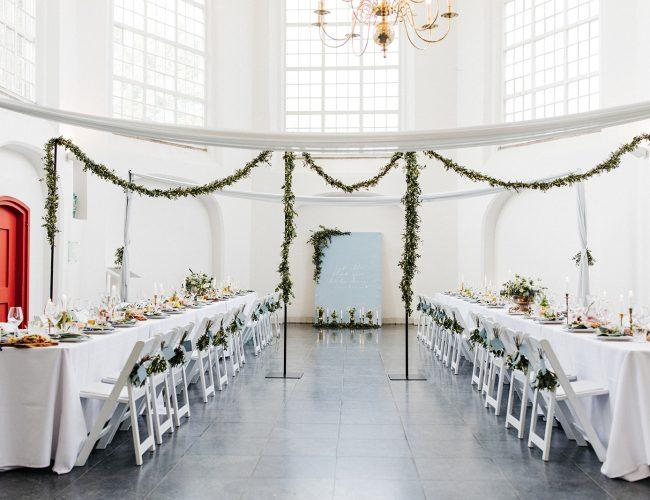 dineropstelling lambertuskerk olijf stellingen doeken witte stoelen stoelboeketjes