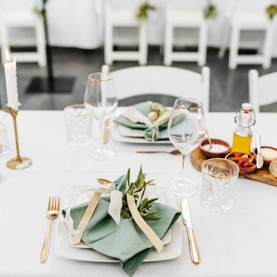 tafelstyling groene servet huren goud bestek cateraar dusty blue wijnglas gouden rand