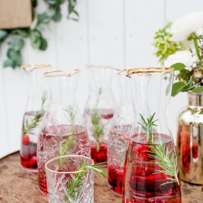 karaf helder glas met gouden rand huren bruiloft feest dinertafel fruitwater