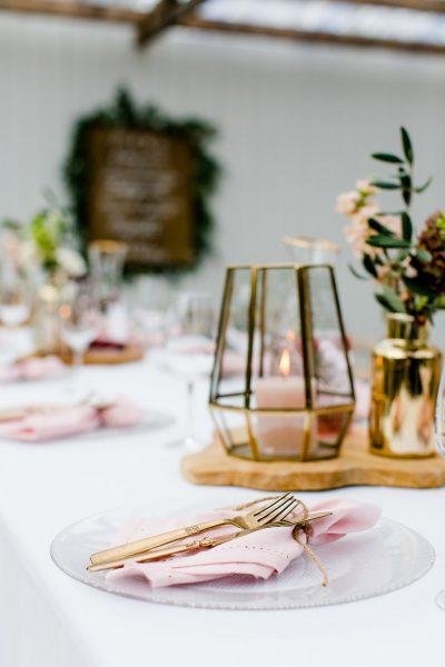 windlichten roze servet huren bruiloft goud glas theelichthouder waxinelichten