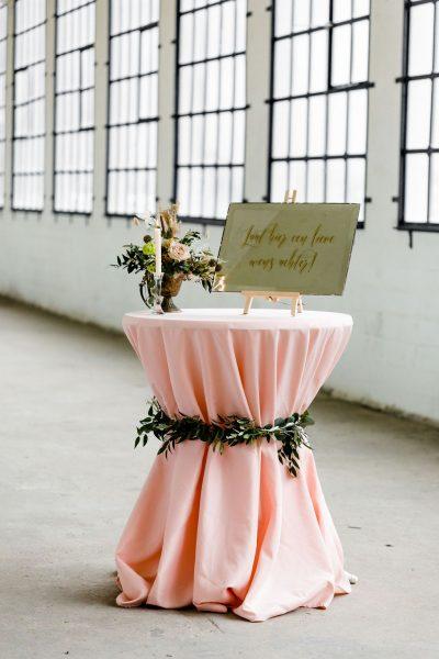 stamtafel hoes cocktailtafel sta tafel rok roze huren bruiloft blusroze statafelkleed tafelkleed zachtroze babyroze