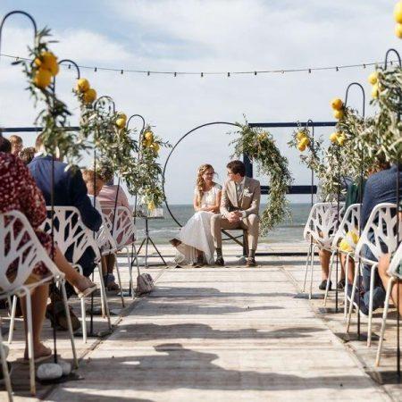 strandbruiloft trouwen wassenaar beachwedding styling bruiloft strand italie citroenen olijf witte stoelen huren partylichts tuinstekers