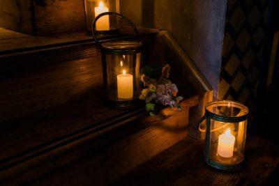 windlichten waxinehouders kaarsenstandaards goud huren bruiloft