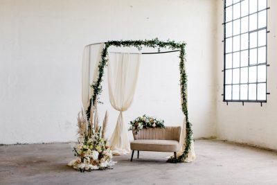 rond prieel huren backdrop boog tuinhuisje zwart metaal linnen doeken bruiloft afdak