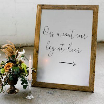 welkomsbord metaal stoer hout rustic huren bruiloft bosbruiloft stoer richtingaanwijzer wegwijsbordjes