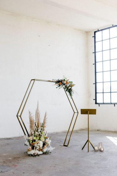 haxagon 6 hoek backdrop huren bruiloft spreekgestoelte backdrop goud katheder goud driepoot lessenaar