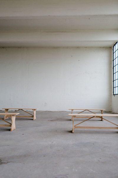 eikenhouten kloosterbankje kerkbankje inklapbaar huur bruiloft ceremoniesetting stoelen banken bankjes hout eiken stoer meubilair