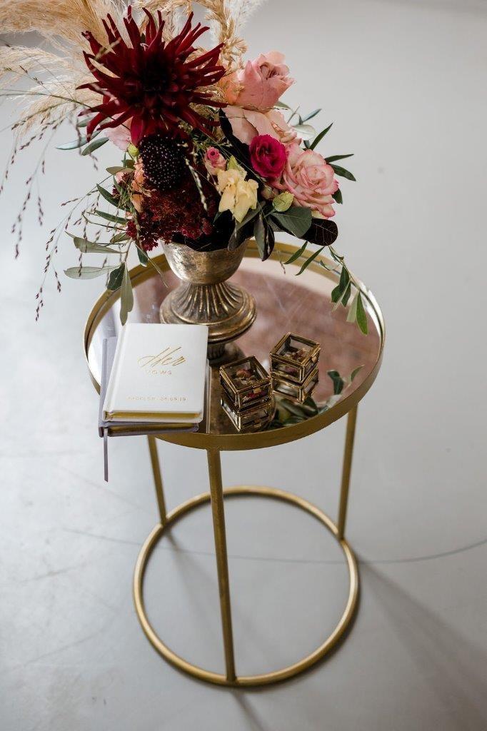 bijzettafeltje goud klein tafeltje tekentafeltje huren bruiloft spiegel glas