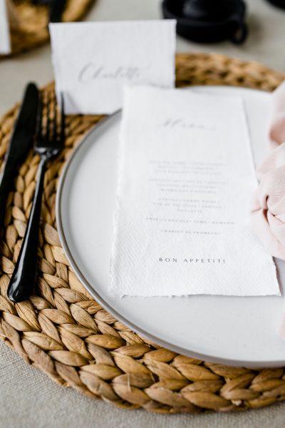 stoere decoratie bruiloft zwart roze riet aankleding diner huren zwart bestek smokey glazen grijze glazen zwarte glazen rieten onderzetter